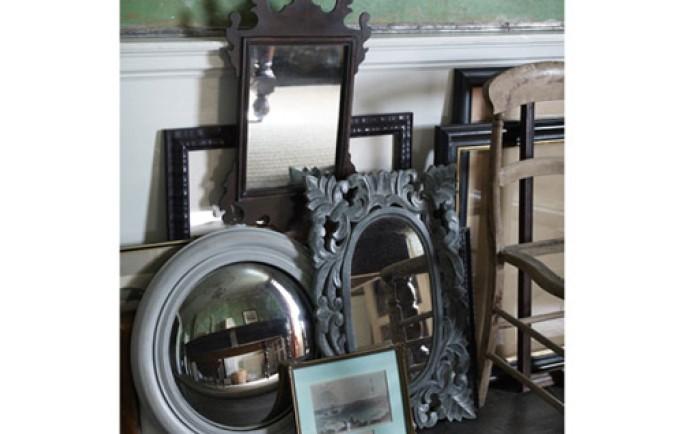 Cả nhà cùng thưởng thức những trang trí bàn mang phong cách cổ điển tạo cảm giác thư giãn