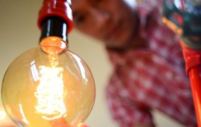 Chàng trai biến ống nhựa thành bóng đèn độc đáo