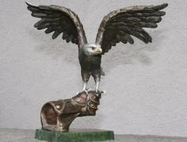 Những sai lầm khi đặt tượng chim ưng trong phong thủy văn phòng