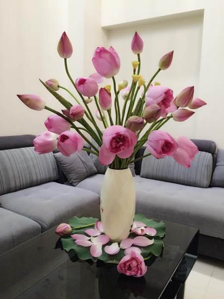 Hoa giả đặt bàn phòng khách gây vẻ đẹp vượt trội